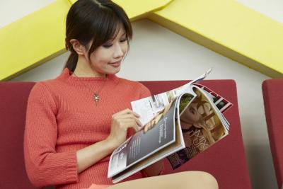 雑誌を見る